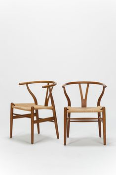 Paar Hans Wegner wishbone chairs, Modell Nr. CH24 für Carl Hansen & Son in Dänemark. Gebeiztes Eichenholz und Papierseil Geflecht. Der Wishbone Chair, auch Y-Chair, wurde 1949 designt und ab 1950 von Carl Hansen hergestellt. Diese beiden wurden Anfang 60er Jahre hergestellt und sind in originalem Zustand