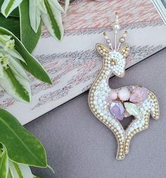Discover recipes, home ideas, style inspiration and other ideas to try. Felt Crafts Diy, Bead Crafts, Bead Embroidery Jewelry, Ribbon Embroidery, Brooches Handmade, Handmade Jewelry, Beaded Jewelry Designs, Beaded Animals, Beaded Brooch