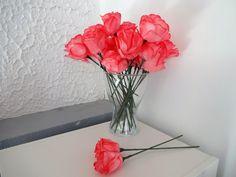 Aprende a fazer umas belas flores de papel DIY para decorar o teu casamento com materiais baratos e fáceis de encontrar.