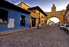 Guate360.com   Fotos de La Antigua Guatemala - Colorida Calle del Arco en la Antigua Guatemala