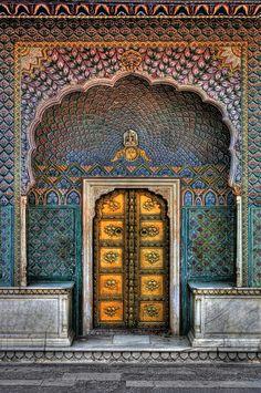 City Palace Peacock Gate in Jaipur Indian Architecture, Ancient Architecture, Windows Architecture, Architecture Portfolio, Futuristic Architecture, Jaipur India, Udaipur, Jaisalmer, Belle Villa