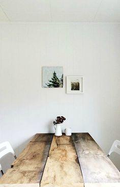 Mesas de madera para el comedor La madera natural es el material más cálido por excelencia. No hay nada más agradable como ver y sentir las vetas de la madera en su estado más puro, nos traslada directitos a la naturaleza.  Se trata de un material muy empleado en el estilo nórdico, en muchas ocasiones como