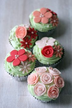 I wish I could decorate cupcakes like these