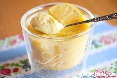 """La meg presenterer dere for en ny, fransk klassiker: En nydelig sitrondessert! """"Pots de crème au citron""""er en sitronvariant av """"Pots de crème au chocolat"""" og """"Pots de crème au moka"""" som jeg har registrert før her på Det søte liv. Er du glad i sitronsmak, vil du elske denne franske, fløyelsmyke sitronkremen her!"""