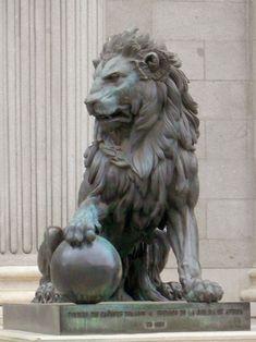 Statues Of Liberty Construction - - Roman Statues Athena - Lion Statues Art - Old Statues Gardens - Statues Of Liberty Picture Ideas Animal Sculptures, Sculpture Art, Stone Lion, Fu Dog, Stone Statues, Lion Art, Lion Tattoo, Art Plastique, Big Cats