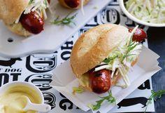 Hot Dog mit Käsekrainer und Apfel-Sellerie-Coleslaw