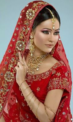 Indian bridal carry among makeup and profound jewelry forms a especially central division of the generally outfit of an indian bride. Indian Bridal Wear, Asian Bridal, Pakistani Bridal, Beautiful Indian Brides, Beautiful Bride, Beautiful Women, Bride Makeup, Wedding Makeup, Indian Dresses