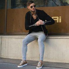 黒シングルライダース×黒Tシャツ×グレースウェットパンツ×ヒョウ柄スニーカー | メンズファッションスナップ フリーク | 着こなしNo:141756