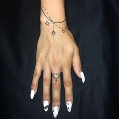 de allerleukste armband tattoos - One Hand in my Pocket - armband tatoeage - Mommy Tattoos, Cute Girl Tattoos, Mini Tattoos, Body Art Tattoos, Tatoos, Hand Tattoos For Women, Small Wrist Tattoos, Womens Finger Tattoos, Armband Tattoos