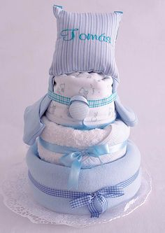 Torta ElementalBaby almohadoncito. Al igual que una torta de cumpleaños, viene en un porta torta envuelta en toul y divertidas cintas y lazos. Incluye: manta polar, manta recibidora, toallón, almohadoncito con el nombre del bebé, porta chupete, gorrito y babero. #bebe #baby #RegalosDeNacimiento Manta Polar, Baby Showers, Babys, Crafty, Children, Pamper Cake, Push Gifts, Pacifiers, Stained Glass Windows