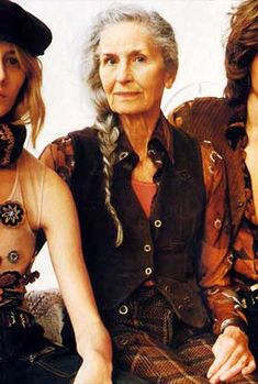 Daphne Selfe, súper modelo de poda a los 83  años  para Vogue, Jean Paul Gaultier, Dolce and Gabbana and more...