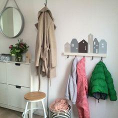 Unsere Kundin Nina W. hat aus dem Limmaland Lille Hus Wandtatto und der IKEA RIB… – Baby For look here Ikea Tjusig, Decorating Long Hallway, Ikea Pinterest, Ikea Bar, Creative Closets, Ikea Nursery, Diy Wardrobe, House Wall, Medan