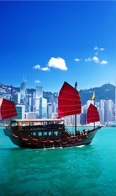 Chinese sailing ship in Hong Kong Victoria Habour   |   21 Magnificent Photos That Will Place China On Your Bucket List