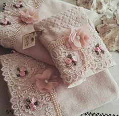 How to Crochet a Baby Blanket Cute Crochet Knitted Sabanite with Flowers and Li Crochet Towel, Cute Crochet, Crochet Motif, Shabby Chic Towels, Shabby Chic Pink, Silk Ribbon Embroidery, Hand Embroidery Designs, Foam Crafts, Diy And Crafts