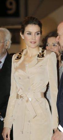http://www.fashionassistance.net/2014/02/letizia-causo-sensacion-en-arco-con-un.htmlFashion Assistance: Letizia causó sensación en ARCO con un trench con pedrería