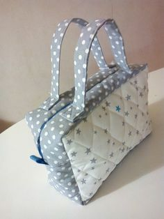 Trousse de toilette - patron Next Purses, Purses And Bags, Sewing Tutorials, Sewing Crafts, Sewing Projects, Fabric Bags, Fabric Scraps, Clutch Pattern, Diy Sac