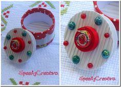 Scatole biscotti o anello nastro adesivo + copertura: nastri, carta ondulata biscotti + decorazioni: bottoni, fiori con la carta