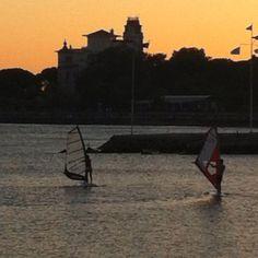 İstanbul'da windsurf yapma deneyimini yaşamış biriyim. Gerçekten boğazdayken çok zevkli.