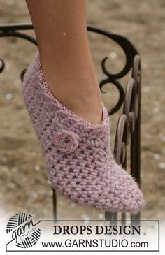 Crochet slippers in Eskimo ~ DROPS Design