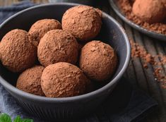 Czy wiesz, że tiramisu możesz przygotować także w formie kulek? Ten prosty i pyszny deser świetnie sprawdzi się, gdy zechcesz zabrać go ze sobą w podróż. Wystarczy spakować kulki tiramisu do pojemnika. Tiramisu, Muffin, Food And Drink, Breakfast, Sweet, Recipes, Morning Coffee, Candy, Muffins