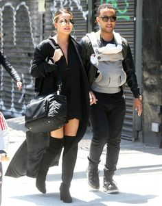 John Legend totes around baby Luna with his gorgeous wife, Chrissy Teigen. Fatherhood looks good on the musician. Chrissy Teigen Style, Chrissy Teigen John Legend, Star Fashion, Love Fashion, Victoria Beckham Sunglasses, Booties Outfit, Printed Gowns, Style Finder, Stars