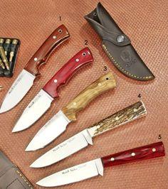 Cuchillo de caza fabricado por Muela. Hoja enteriza fabricada en acero sandvik 14C28N. Empuñadura fabricada en madera de cocobolo con agujero para cordón fiador. Incluye funda de piel de color marrón para pasar por el cinturón.