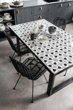 Must Living Tiles eetkamertafel Homemade Furniture, Furniture Making, Tiled Coffee Table, Home Suites, Tile Tables, Home Fix, Table Frame, Dinning Table, Dining Room Lighting