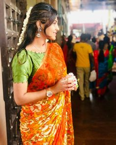 Indian bride looks the best when she wear a saree! Traditional Blouse Designs, Simple Blouse Designs, Stylish Blouse Design, Blouse Neck Designs, Brocade Blouse Designs, Cotton Saree Blouse Designs, Designer Blouse Patterns, Designs For Dresses, Sarees