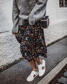 Comment porter une jupe longue à 40 ans All the advice and ideas of outfits to wear a long skirt at Winter Skirt Outfit, Summer Dress Outfits, Summer Fashion Outfits, Skirt Outfits, Modest Fashion, Fall Outfits, Casual Outfits, Winter Midi Skirt, Midi Skirt Outfit Casual