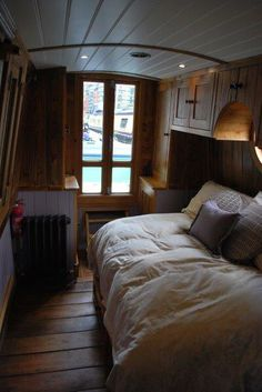 Like this to sleep alone or pull out to make it bigger for guests - Wohnwagen Barge Interior, Best Interior, Tiny Living, Living Spaces, Canal Boat Interior, Canal Barge, Narrowboat Interiors, Sleeping Alone, Boat Stuff