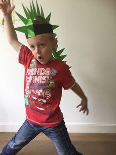 dino hoed zelf maken, dinosaurus hoed, hoed van papier dino, papieren dino hoed, dino pet Crazy Hair Day Boy, Crazy Hair For Kids, Crazy Hat Day, Crazy Hats, Dinosaur Crafts Kids, Dinosaur Hat, Dinosaur Birthday, Toddler Crafts, Diy For Kids