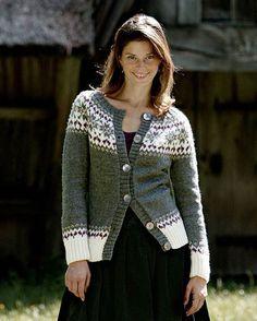 Smuk trøje med mønsteret bærestykke og feminine runde skuldre. Knit Jacket, Sweater Cardigan, Cardigan Design, Icelandic Sweaters, Fair Isle Knitting, Mantel, Dame, Knitwear, Knit Crochet