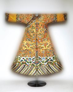 Festival robe worn by Emperor Qianlong, second half of 18th-century. The Metropolitan Museum of Art, New York. Purchase, Joseph Pulitzer Bequest, 1935 (35.84.8) Photography © Platon #ChinaLookingGlass #AsianArt100