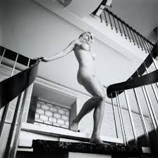 staircase woman - Google-haku
