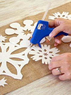 DIY Felt Snowflake Runner- I would let the kids decorate the snowflakes before arranging and gluing them to the runner.. Or you glue them together without a background runner.