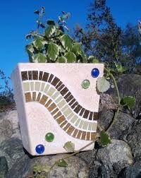 Resultado de imagen para macetas decoradas con venecitas Cd Mosaic, Mosaic Tile Table, Mosaic Planters, Mosaic Vase, Mosaic Flower Pots, Mosaic Garden, Mosaic Crafts, Diy Planters, Mosaic Bottles