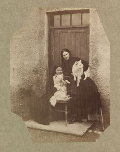 Photo taken in Dundrum Grounds, 1859 - Florence Elizabeth kneeling and Clementina, both holding a dog. Photo by Lady Clementina Hawarden. Vintage Photo Booths, Vintage Photos, Celebrity Dogs, All Types Of Dogs, Japanese Spitz, American Eskimo Dog, Vintage Dog, Training Your Dog, Dog Photos