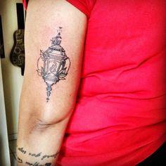 Artist: Hiasmyn L. Tatuagem feminina: lâmpada, luminária antiga, luz, lua, bruxaria. Female tattoo: lamp, ancient lamp, light, moon, witchcraft.