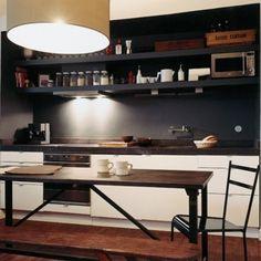 Une cuisine le long d'un comptoir dans une alcôve