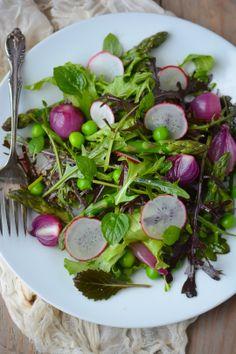 A simple spring salad - www.scalingbackblog.com