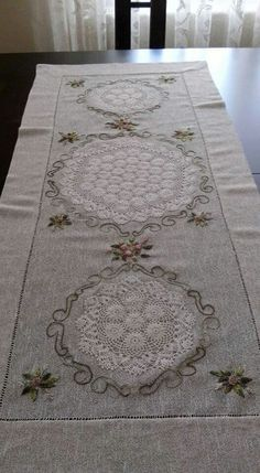 This Pin was discovered by Ser Stitch Crochet, Crochet Quilt, Crochet Lace, Table Runner And Placemats, Table Runners, Embroidery Patterns, Hand Embroidery, Diy Cushion Covers, Sewing Crafts