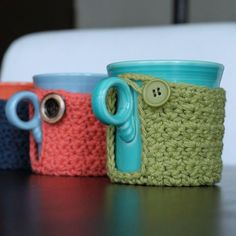 These free crochet cozy patterns are perfect to give your jars or mugs a cozy but stylish wrap. Easy and quick to make crochet project, perfect to use up all of your stash yarn Crochet Coffee Cozy, Crochet Cozy, Crochet Gratis, Free Crochet, Crochet Coaster, Yarn Projects, Crochet Projects, Learn To Crochet, Crochet Accessories