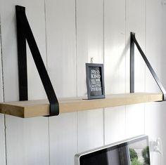 Zo blij met mijn mooie plank boven mijn bureau! Wandplank eiken met lederen riem. Via webshop van Tafels & Tafels; 100cm plank 4cm dik en 2 lederen ophangriemen 119,- euro.