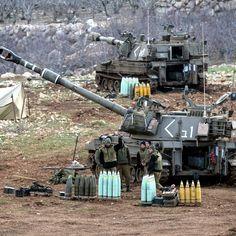 Soldati israeliani sulle alture del Golan, al confine con la Siria. Ieri sono stati sparati alcuni missili dalla Siria verso le alture del Golan e Israele ha risposto attaccando alcune basi dell'esercito siriano
