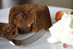 Wspaniały deser dla miłośników czekolady. Z zewnątrz czekoladowe obłędnie pachnące ciastko, środek płynący jak lawa. Trudność przepisu: Łatwy!