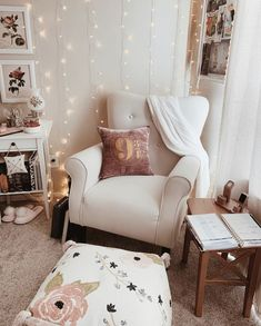 Corner Reading Nooks, Cozy Reading Corners, Cozy Corner, Book Nooks, Bedroom Reading Chair, Comfy Reading Chair, Comfy Chair, Reading Chairs, Reading Room