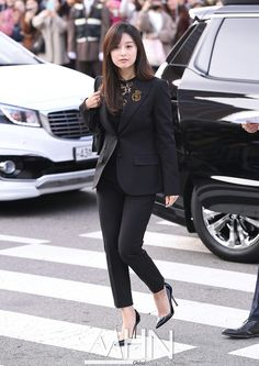 Airport Style, Airport Fashion, Kim Ji Won, The Heirs, Korean Beauty, Classy, Celebs, My Favorite Things, Magazine Covers