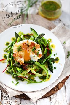 Green Asparagus Salad with poached egg, chive vinaigrette and roasted sesame toast crumbs. (in German) Healthy Eating Recipes, Healthy Salads, Veggie Recipes, Real Food Recipes, Vegetarian Recipes, Cooking Recipes, Asparagus Salad, Asparagus Recipe, Soup And Salad
