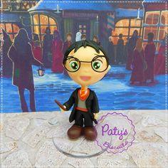 Miniatura colecionável Harry Potter, personagem da série homônima escrita por J. K. Rowling. <br> <br>Produto sob encomenda. Valor unitário. <br>Material: biscuit; base acrílica redonda. <br>Altura: 8cm. <br> <br>Antes de encomendar, não esqueça de conferir as políticas da loja (http://www.elo7.com.br/patysbiscuit/politicas ), e de entrar em contato para consultar disponibilidade na agenda!