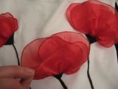 DIY Blugirl poppy- another great project for our diggers on remembrance day Shirt Refashion, T Shirt Diy, Handmade Flowers, Diy Flowers, Remake Clothes, Flower Bag, Anime Dress, Diy Dress, Diy Clothing